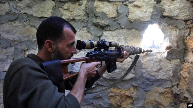 14일 시리아 정부군에 총격을 가하는 반군 사격수. (자료사진)