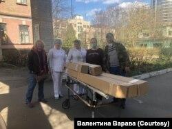 Волонтерка Валентина Варава (перша зліва) займається забезпечення українських лікарень засобами особистого захисту та обладнанням для боротьби з коронавірусом