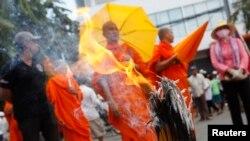 Tu sĩ Phật giáo và người biểu tình tụ tập gần Đại sứ quán Việt Nam ở Phnom Penh, ngày 13/8/2014.