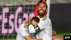 Karim Benzema yana murnar zura kwallo (Dama)