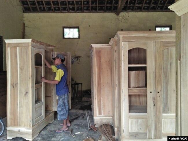 Pekerja industri mebel di Klaten, Jawa Tengah. (Foto:VOA/ Nurhadi)