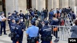 黎智英涉國安法保釋上訴案,大批警員在法庭外戒備。(美國之音 湯惠芸拍攝)