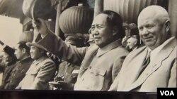 中俄朝三角关系错综复杂。2012年在莫斯科举办的前苏联领导人赫鲁晓夫展览中,展览图片显示赫鲁晓夫1954年秋季访华时,与毛泽东、金日成以及其他中国领导人在一起。