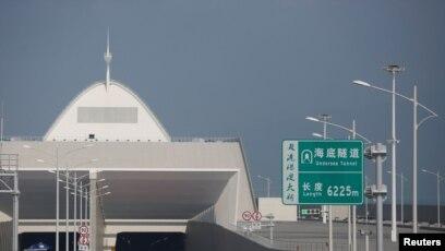 Sebuah tanda dipajang di pulau buatan dengan pintu masuk ke terowongan bawah laut, di bagian Jembatan Hong Kong-Zhuhai-Macau, di Zhuhai, China 28 Maret 2018. (Foto: REUTERS/Bobby Yip)