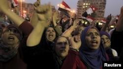 埃及抗議人群在解放廣場持標語牌高喊口號