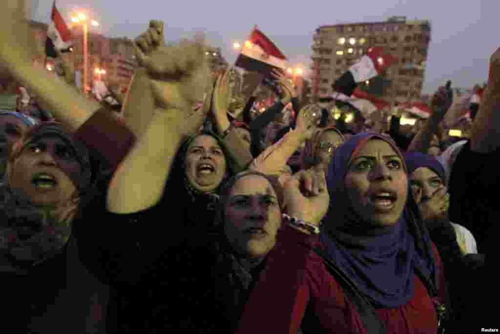 27일 이집트 카이로의 티흐리르 광장에 집결한 시위대. 무함마드 무르시 대통령의 새 헌법 선언문에 반대하며 헌법 초안 수정을 요구하고 있다.