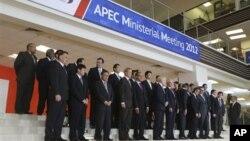 9月5日亚太经合组织第24届部长级会议的与会代表们合影