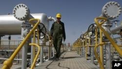 Iranian oil technician Majid Afshari makes his way to the oil separator facilities in Iran's Azadegan oil field southwest of Tehran, Iran, April 15, 2008 (file photo).