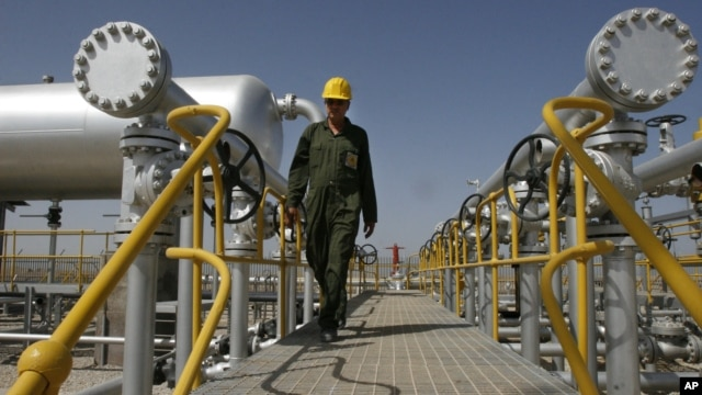 Iranian oil technician Majid Afshari makes his way to the oil separator facilities in Iran's Azadegan oil field southwest of Tehran, Iran, April 15, 2008 (file photo).
