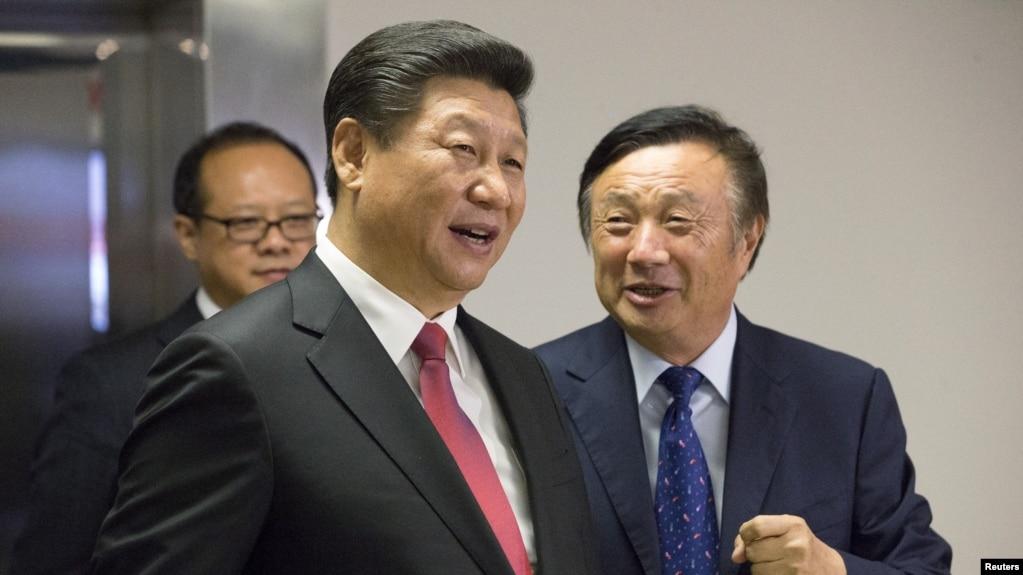 华为创始人任正非(右)陪同中国国家主席习近平参观华为在英国伦敦的办公室。(2015年10月21日)
