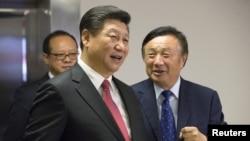 រូបឯកសារ៖ ប្រធានាធិបតីចិន ស៊ី ជីនពីង ទស្សនាការិយាល័យក្រុមហ៊ុន Huawei របស់លោក Ren Zhengfei នៅទីក្រុងឡុងដ៍ ប្រទេសអង់គ្លេស កាលពីឆ្នាំ២០១៥។
