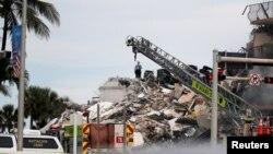 Spasioci pretražuju ruševine za preživelima
