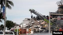 Para petugas SAR mencari penghuni kondominium yang runtuh sebagaian di Surfside, dekat Miami Beach, Florida, Kamis, 24 Juni 2021.