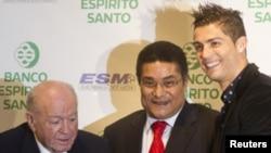 Três estrelas do futebol de sempre (da esquerda para a direita) Alfredo Di Stefano, Eusébio e Ronaldo.
