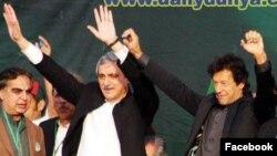 تحریک انصاف کے راہنما جہانگیر ترین اپنی پارٹی کے لیڈر عمران خان کے ساتھ ایک ریلی میں۔ فائل فوٹو