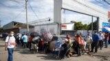 La gente espera en la fila para vacunarse con la vacuna de AstraZeneca contra el COVID-19 en Managua, el 20 de septiembre de 2021.