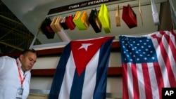 지난해 11월 쿠바 아바나에서 열린 제 33회 아바나국제박람회에서 쿠바 국기(왼쪽)와 성조기가 나란히 걸려있다.