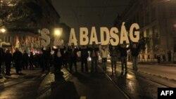 Активисты вышли на улицы, чтобы отметить 55-летие Венгерской революции