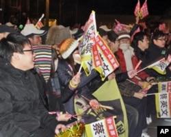 民進黨造勢活動上民眾搖旗支持。