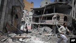 Hiện trường sau một cuộc không kích của Israel vào Gaza.