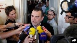 프랑스 파리 연쇄테러의 주범으로 알려진 살라 압데슬람의 변호를 맡은 프랭크 버턴 변호사가 지난해 7월 프랑스 북부 드웨 법원에서 기자회견을 하고 있다. (자료사진)