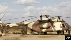 Kenya Defense Forces soldiers service helicopter near Kenya-Somalia border, Feb. 20, 2012 (file photo).