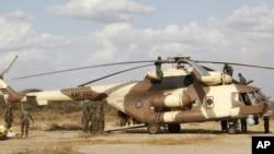 Kenya Defense Forces soldiers service helicopter near Kenya-Somalia border, Feb. 20, 2012 (file photo).