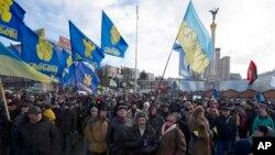 Para pengunjuk rasa melakukan demo di Independence Square, Kiev 2/12/2013, menuntut pengunduran diri Presiden Viktor Yanukovych, setelah ia mundur dari kesepakatan perdagangan dengan Uni Eropa.