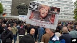 Biểu tình tại Chemnitz kêu gọi bà Angela Merkel từ chức vì bị cáo buộc xúi dục bạo động tại Chemnitz, miền đông nước Đức, ngày 1/9/2018, sau vụ một người Đức bị giết chết.