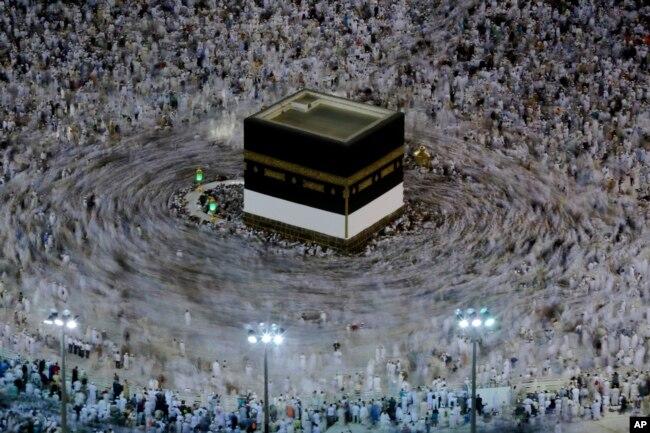 Jemaah haji melakukan tawaf mengelilingi Ka'bah dalam pelaksaan ibadah haji di Mekah, Arab Saudi, 16 Agustus 2018. (Foto: AP)