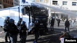 La police à côté d'un camion anti-incendie à Rome, Italie, 24 août 2017.