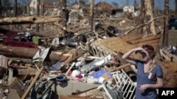 Cảnh tàn phá sau trận bão lốc ở thành phố Tuscaloosa, bang Alabama