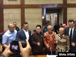 Menteri BUMN Erick Thohir berfoto bersama Anggota Panja Komisi VI DPR RI sebelum melakukan rapat tertutup dalam membahas masalah Asuransi Jiwasraya, di Gedung DPR RI, Jakarta, Rabu, 29 Januari 2020. (Foto: VOA/Ghita)