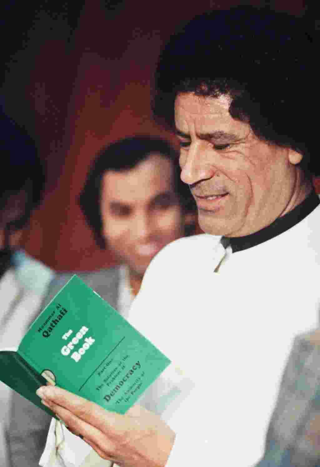 رهبر لیبی بهنگام خواندن کتاب سبز که خود او نوشته است در ۵ ژانویه ۱۹۸۴.