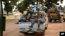 Des ex-Séléka évacuent le Camp de Roux à Bangui, Centrafrique, 27 janvier 2014.