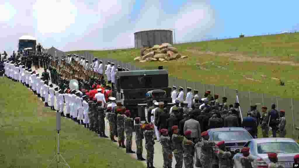 2013年12月15日,在南非的库努,军事人员排列在前南非总统曼德拉灵柩要经过的路上。