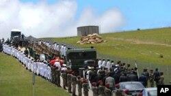 Soldados hacen valla de honor al cortejo fúnebre de Nelson Mandela, en Qunu, donde fue enterrado el líder anti-apartheid.