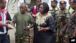 La ministre kenyane de la défense, Raychelle Omamo, assiste un soldat blessé lors d'une attaque d'al-Shabab en Somalie, à Nairobi, Kenya, le 17 janvier 2016.