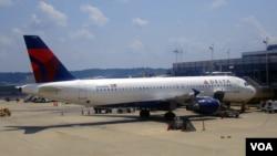 La calidad de servicio se ha reducido en aerolíneas estadounidenses en el último año, asegura un estudio publicado el lunes.