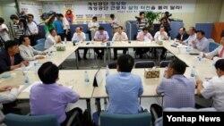 8일 서울 여의도 개성공단정상화촉구비대위 사무실에서 회의 시작에 앞서 참석자들이 서로 이야기를 나누고 있다.