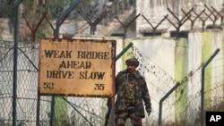 Seorang tentara India berjaga di luar kamp militer di Nagrota, negara bagian Jammu, Selasa (29/11).