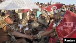 Presiden Afrika Selatan Jacob Zuma menikahi tunangannya Bongi Zuma (kanan) dalam upacara tradisional 'Umgcagco' di Nkandla, provinsi KwaZulu Natal, Afrika Selatan (foto: dok).