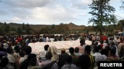 Watu waliokoseshwa makazi kwenye jimbo la Tigray , Ethiopia wapanga foleni ili kupokea misaada