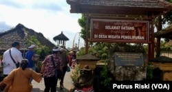 Gapura masuk Desa Wisata Penglipuran, di kabupaten Bangli, Provinsi Bali (Foto: VOA/ Petrus Riski).
