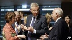 EU ႏိုင္ငံျခားမူ၀ါဒေရးရာ အႀကီးအကဲ Catherine Ashton (ဘယ္)၊ စပိန္ ႏိုင္ငံျခားေရး ဝန္ၾကီး Jose Manuel Garcia-Margallo (ညာ) ႏွင့္ ဆြီဒင္ ႏိုင္ငံျခားေရး ဝန္ၾကီး Carl Bildt (အလယ္) တို႔ႏွင့္ လူဇင္ဘတ္ျမိဳ႔ အီးယူ ႏိုင္ငံျခားေရး ဝန္ၾကီးမ်ား အစည္းအေဝး ပြဲ၌ ေဆြးေႏြး