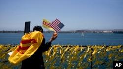 60,000 nơ vàng vinh danh những người hy sinh trong chiến tranh Việt Nam được cột trên hàng rào xung quanh hàng không mẫu hạm USS Midway ở San Diego, ngày 26/4/2015.