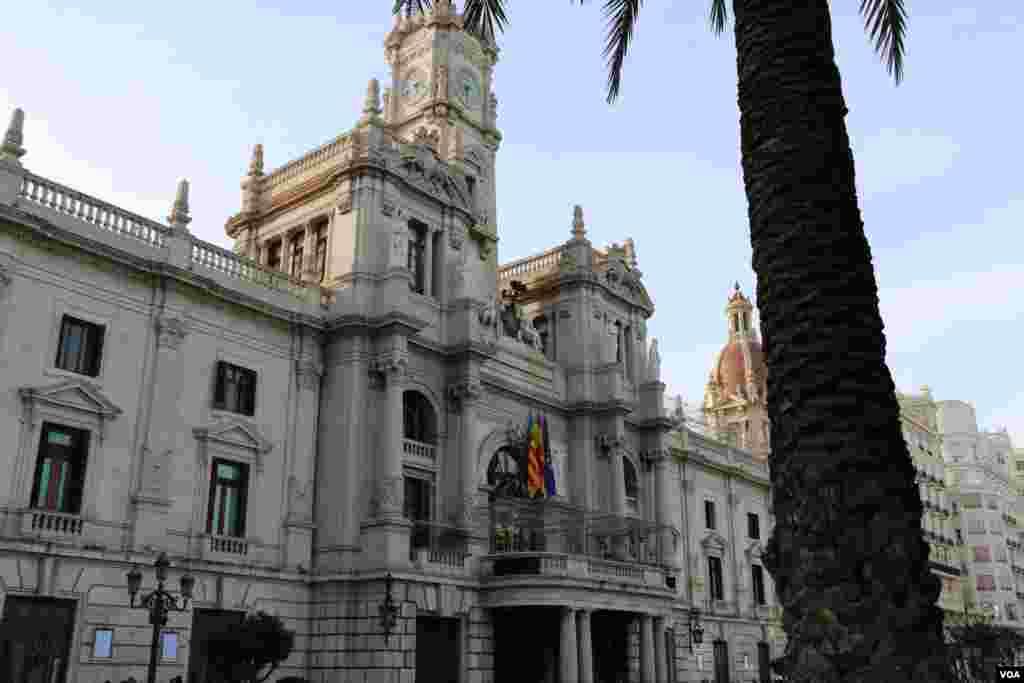 ساختمان شهرداری والنسیا که در یک بنای زیاست.