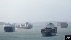 Kapal-kapal kargo menunggu giliran transit melewati Terusan Panama di Aqua Clara, Panama, 29 Desember 2018.