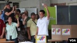 Los candidatos votaron en sus centros con el respaldo de sus seguidores. [Foto: Adrián Criscaut].