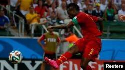 Asamoah Gyan frappe au but lors d'un match contre l'Allemagne lors du mondial 2014, Brésil, le 21 juin 2014